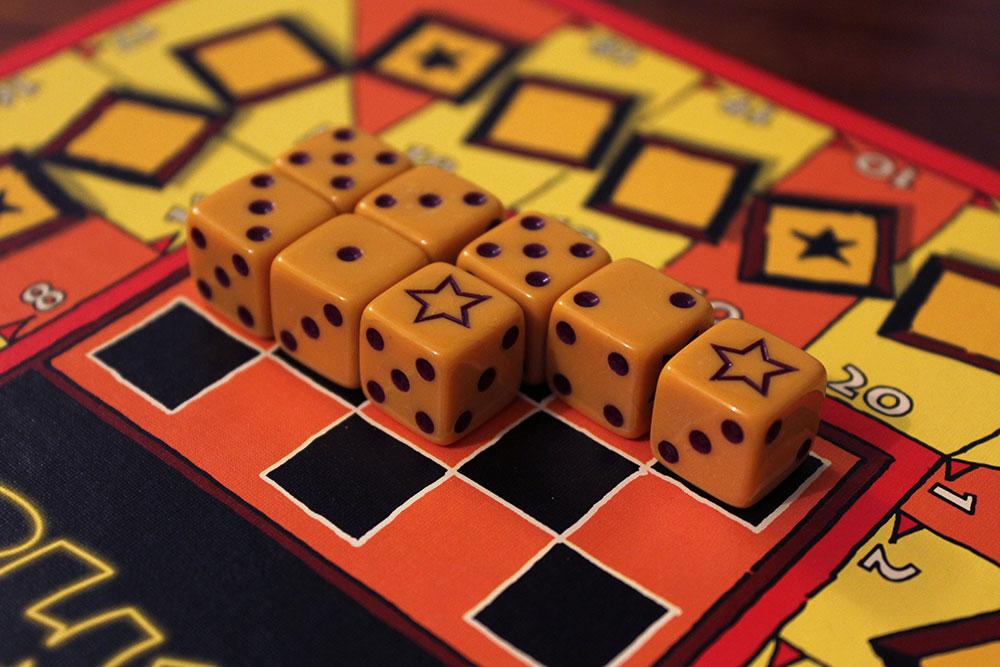 ボードゲーム「BLUFF」のダイスが並べられたボード