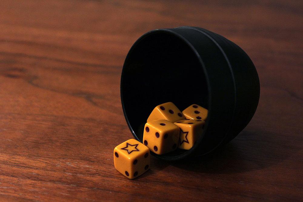 ボードゲーム「BLUFF」のダイスカップとダイス