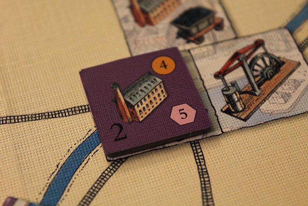 ボードゲーム「BRASS」の産業タイルを裏返した写真
