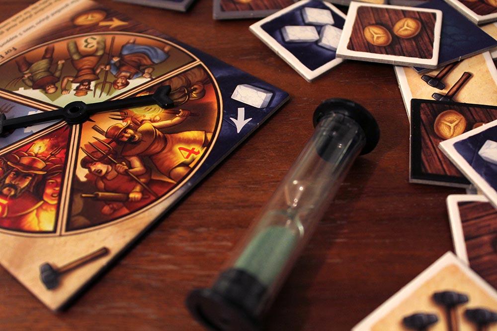 ボードゲーム「Tumult Royale」の商品タイル、ルーレット、砂時計