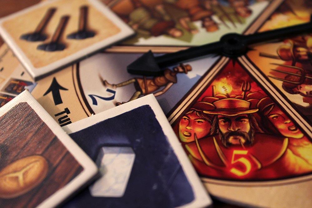 ボードゲーム「Tumult Royale」の商品タイルとルーレット