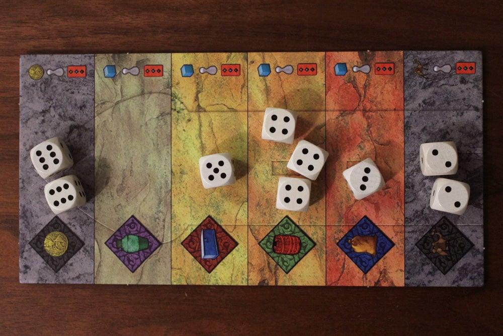 ボードゲーム「Yspahan」のタワーボードに置かれたサイコロ