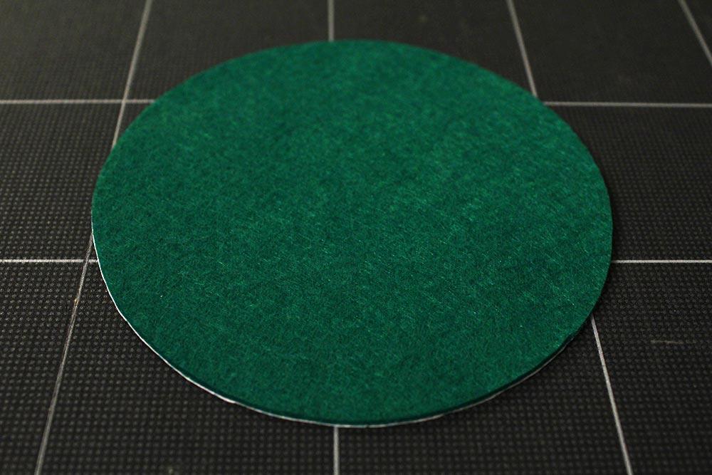 円く切ったグリーンのフェルト