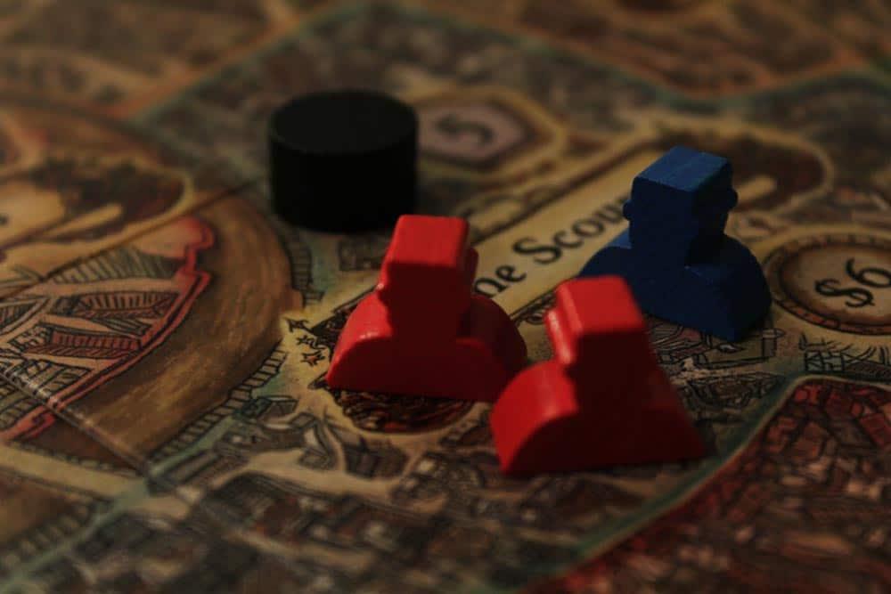 ボードゲーム『ディスクワールド: アンク・モルポーク』のボードと手下駒