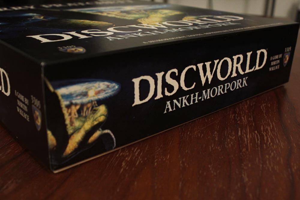 ボードゲーム『ディスクワールド: アンク・モルポーク』の箱側面