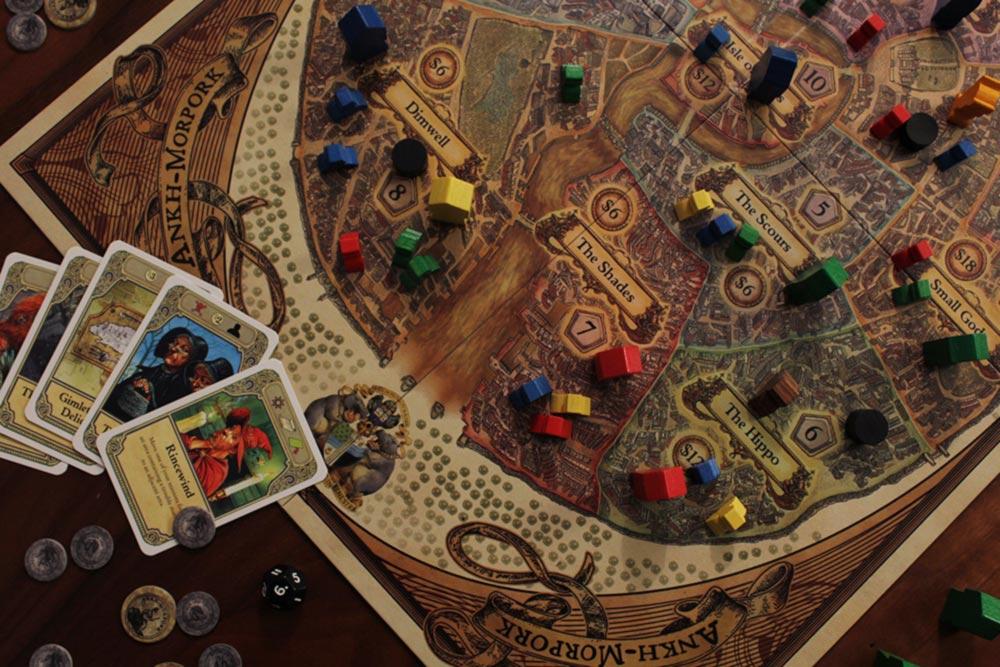 ボードゲーム『ディスクワールド: アンク・モルポーク』のプレイ風景