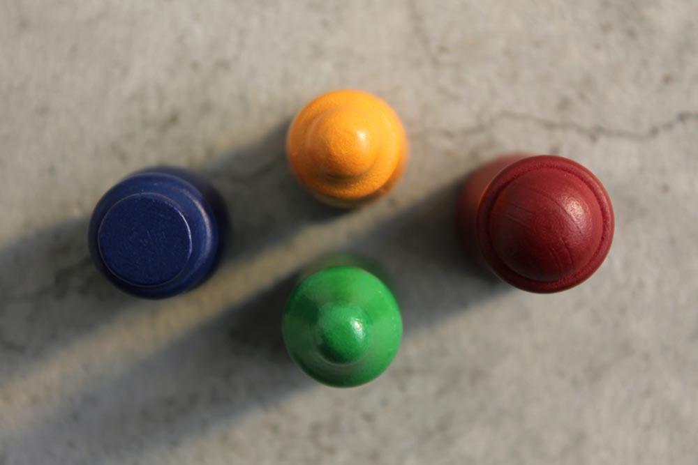ボードゲーム『ミレ・グラツィエ』の4つのプレイヤー駒を上から
