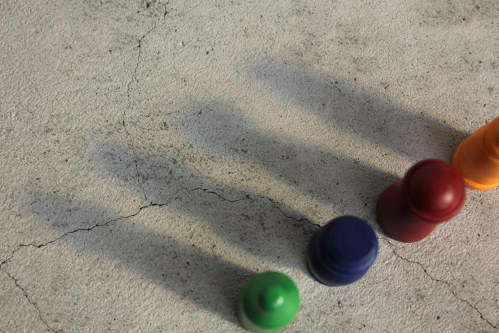 ボードゲーム『ミレ・グラツィエ』の4つのプレイヤー駒の影
