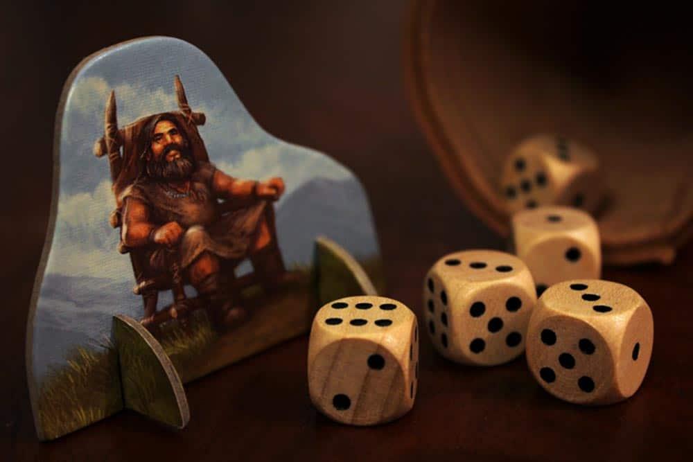 ボードゲーム「ストーンエイジ」の酋長駒とサイコロ